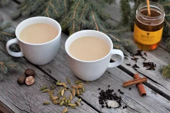 2 чашки чая с молоком