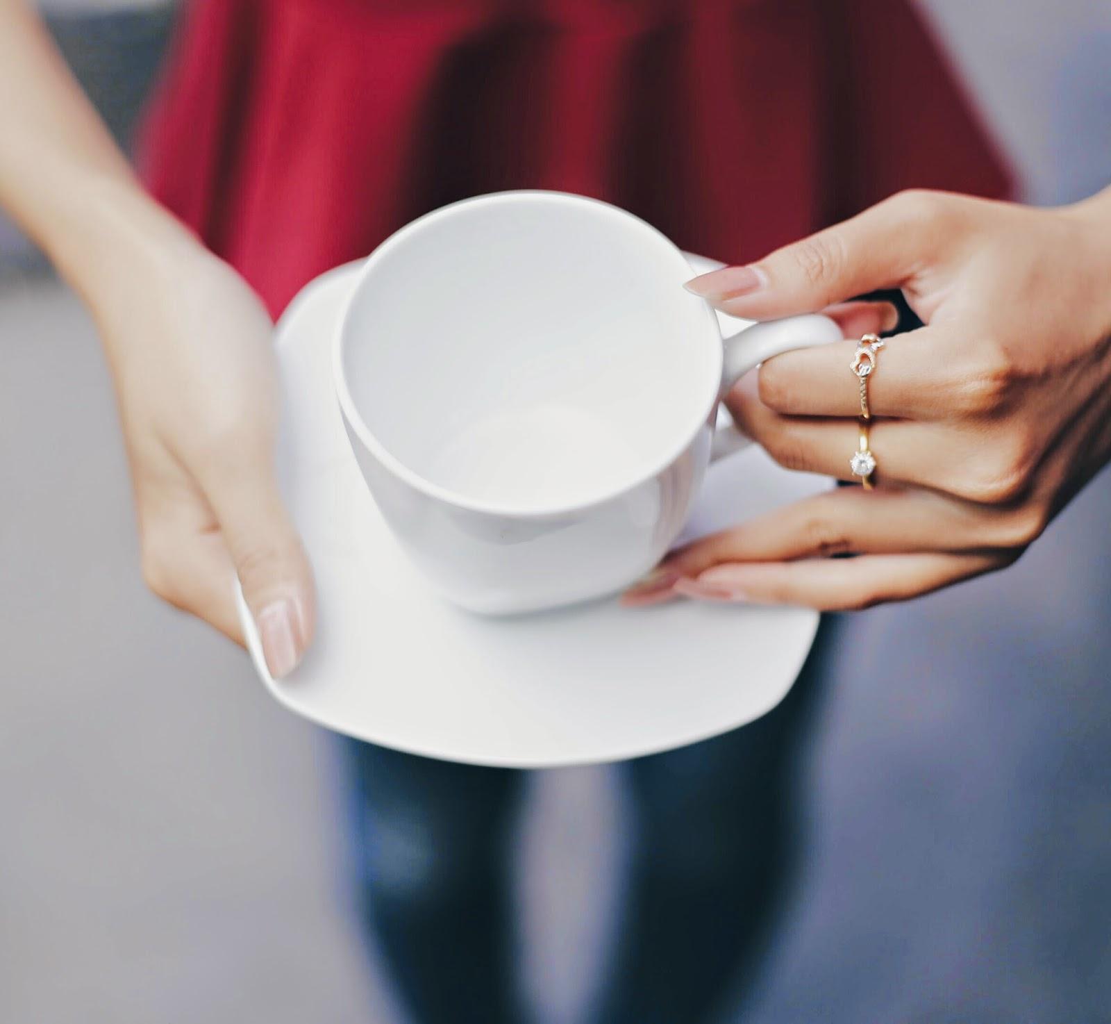 Проверка запаха изо рта с помощью чашки