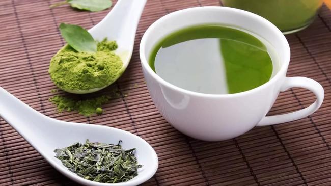 белая чашка зеленого чая