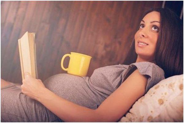 беременная с книгой и чаем