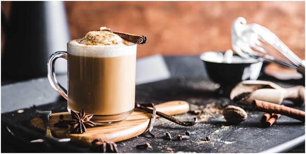 чай латте с корицей и бадьяном
