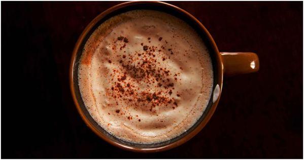 чай латте в коричневой кружке