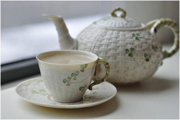 чай с молоком в чашке и чайник