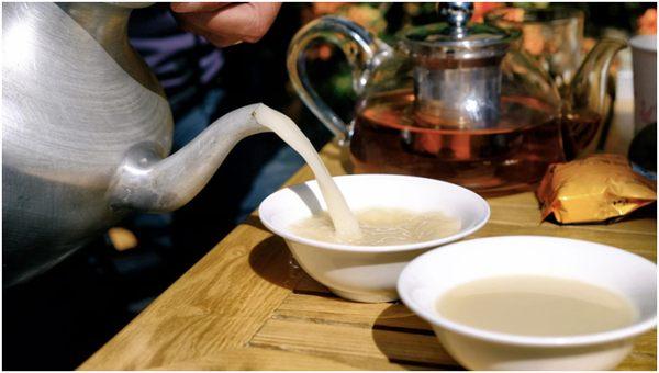 чай с молоком в пиалах