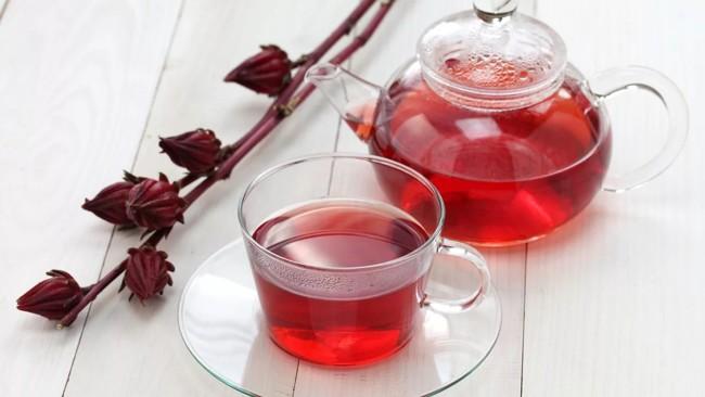 чайник и чашка чая каркаде