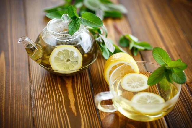 чайник и чашка чая с лимоном