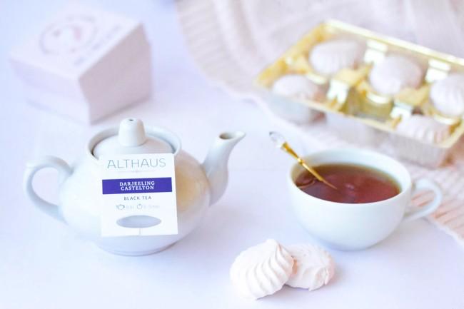 чайник и чашка с чаем альтхаус