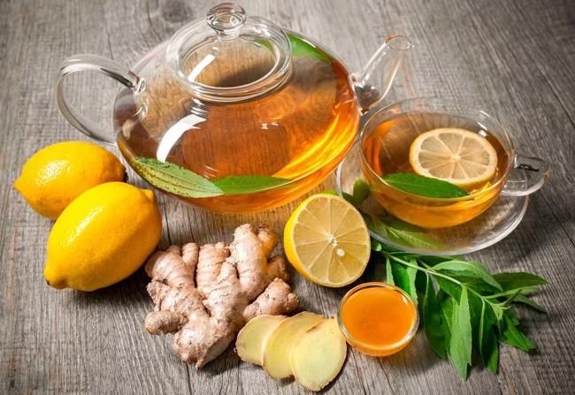 чайник с чаем имбирь и лимон