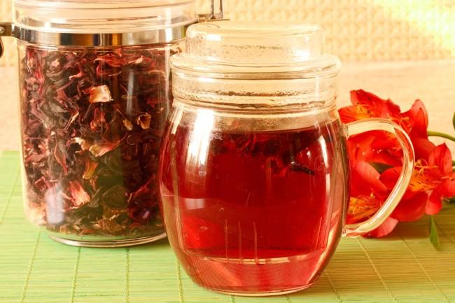 чайник с горячим чаем каркаде