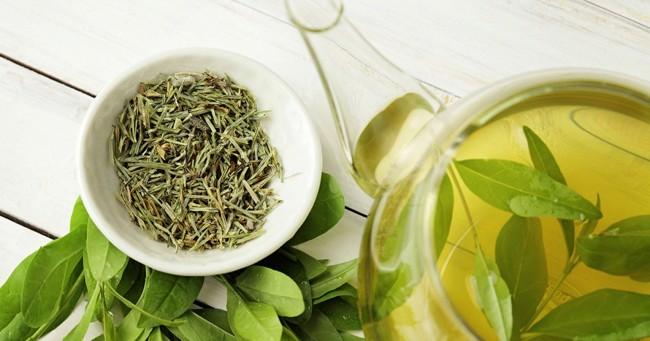 чашка с листьями зеленого чая