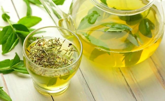 чашка зеленого чая и заварник