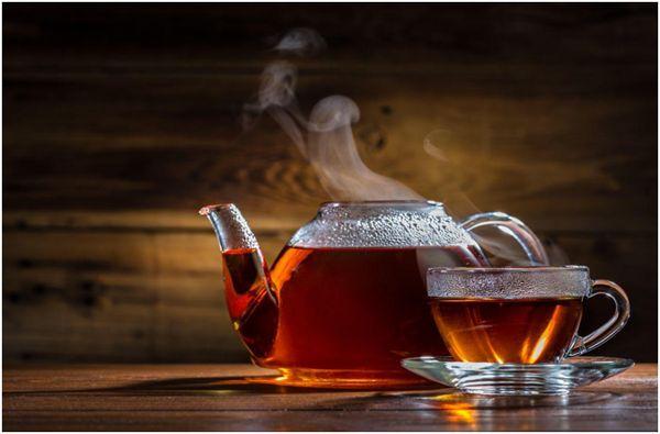 черный чай в чайнике и чашке
