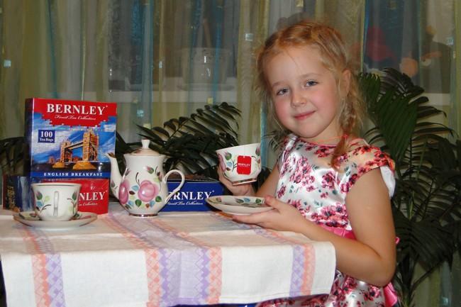 девочка пьет чай бернли