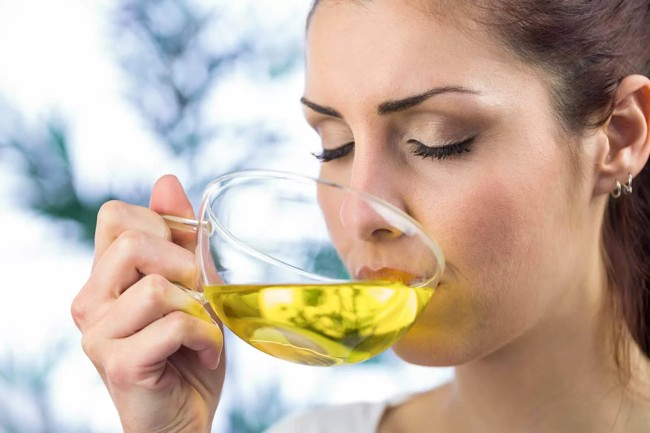 девушка пьет зеленый чай