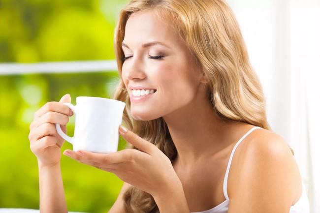 девушка пьет желтый чай