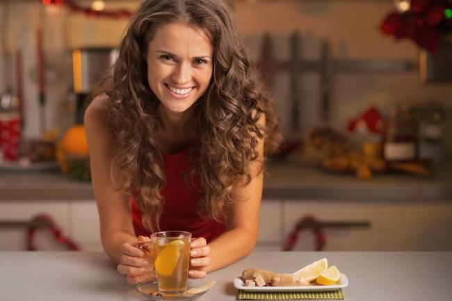 девушка с кружкой чая имбирного