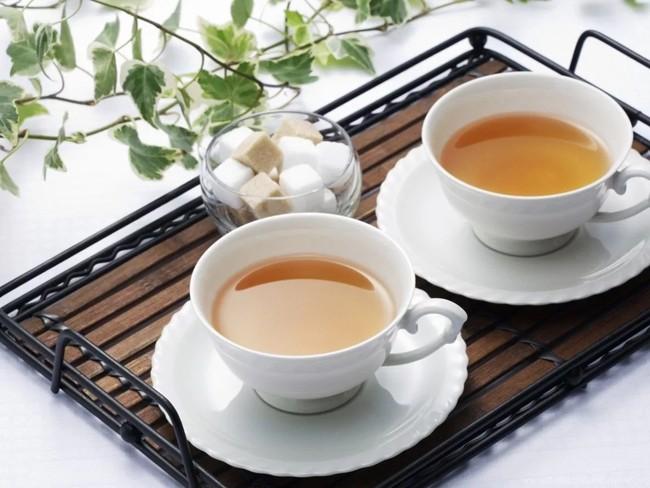 две чашки чая с сахаром