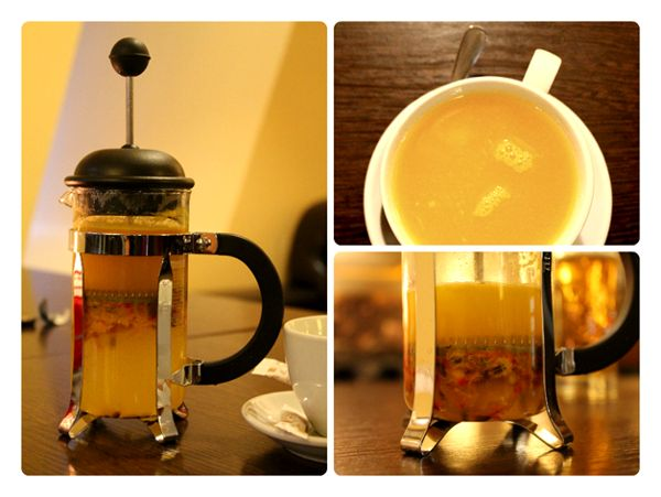 френч-пресс и кружка чая