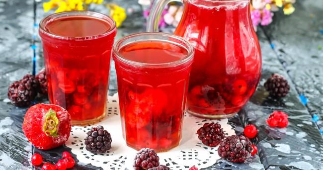 фруктовый компот в стаканах
