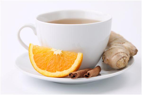 кружка чая, апельсин, имбирь и корица