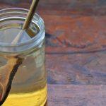медовый раствор в стакане