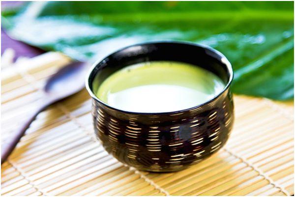 молочный чай в коричневой кружке