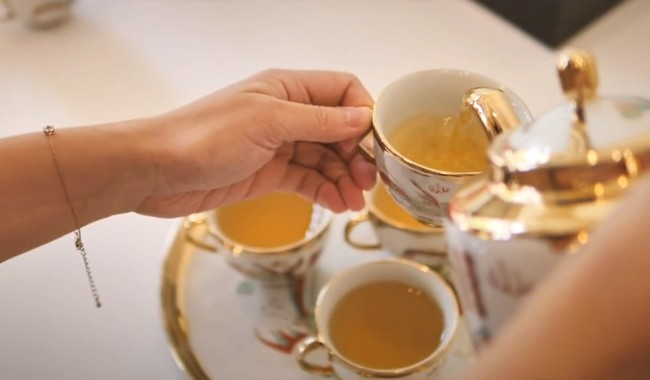 разливают тибетский чай в чашки