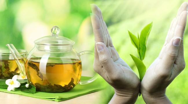руки с листьями чая