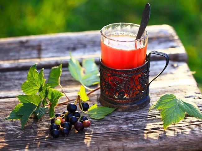 смородиновый чай в стакане
