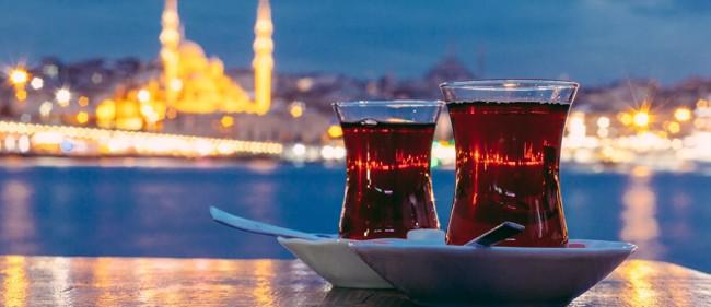 турецкий чай на фоне стамбула