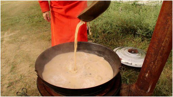 варка чая с молоком в чане
