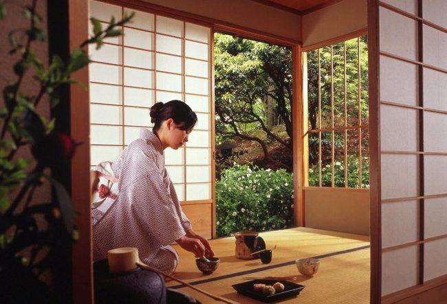 японка заваривает чай