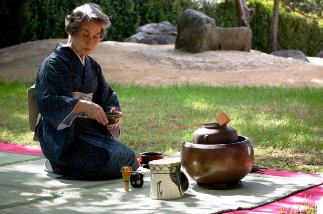японская женщина заваривает чай