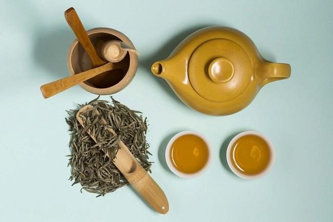 заварник и чайный лист