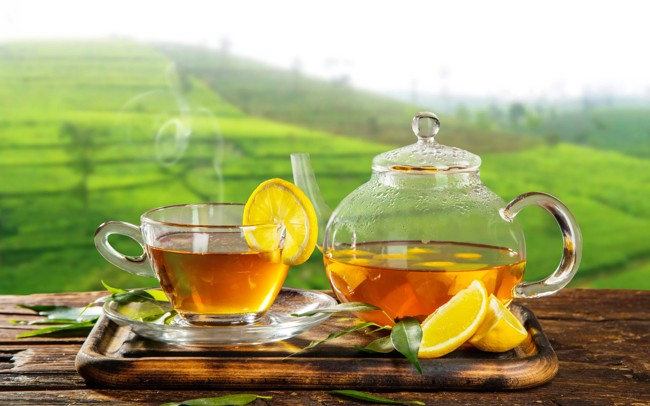 зеленый чай с лимоном на зеленом фоне
