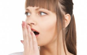 неприятный запах изо рта у девушки